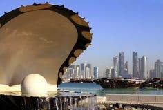 Orizzonte e porto della fontana di Doha immagini stock
