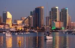 Orizzonte e porto di San Diego a penombra Fotografie Stock