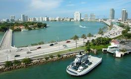 Orizzonte e strada principale dell'oceano di Miami di vista aerea Immagini Stock Libere da Diritti