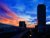 Orizzonte e treno di alianti di tramonto di Bangkok Fotografia Stock Libera da Diritti