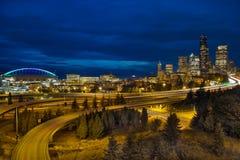 Orizzonte ed autostrada senza pedaggio del centro di Seattle a penombra Immagini Stock