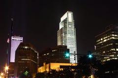 Orizzonte giù della città Omaha Nebraska alla notte immagini stock