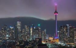 Orizzonte illuminato Toronto urbano - la nuvola di pioggia d'ardore si muove rapidamente dentro verso il centro del centro Immagini Stock Libere da Diritti