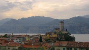 Orizzonte italiano del villaggio della citt? panoramica pacifica di Malcesine su panorama orizzontale romantico di lungomare del  video d archivio