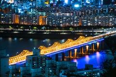 Orizzonte Lotte World Shopping Center di mattina alla notte Su Han River in Corea del Sud fotografia stock