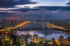 Orizzonte Lotte World Shopping Center di mattina alla notte Su Han River in Corea del Sud immagine stock libera da diritti