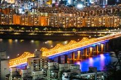Orizzonte Lotte World Shopping Center di mattina alla notte Su Han River in Corea del Sud Immagine Stock