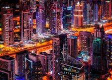 Orizzonte maestoso del porticciolo della Dubai durante la notte Gli Emirati Arabi Uniti Fotografie Stock