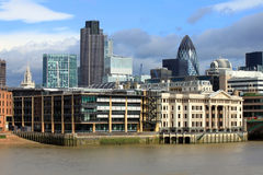 Orizzonte moderno dell'ufficio di città di Londra dal Tamigi Fotografia Stock Libera da Diritti