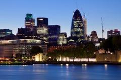 Orizzonte moderno dell'ufficio di città di Londra entro la notte Fotografie Stock