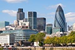 Orizzonte moderno dell'ufficio di città di Londra da River Tamigi Fotografia Stock