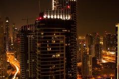 Orizzonte moderno della città alla notte Immagini Stock