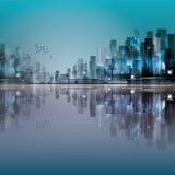 Orizzonte moderno della città di notte, con la riflessione sulla superficie dell'acqua Fotografia Stock Libera da Diritti