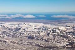 Orizzonte naturale innevato di vista aerea del paesaggio della montagna, Islanda Immagini Stock