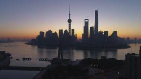 Orizzonte panoramico di Shanghai all'alba Distretto ed il fiume Huangpu di Lujiazui La Cina Siluetta dell'uomo Cowering di affari stock footage