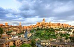 Orizzonte panoramico di tramonto di Siena Torre di Mangia e duomo della cattedrale Immagine Stock Libera da Diritti