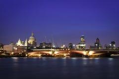 Orizzonte Regno Unito di paesaggio urbano di notte di Londra Fotografia Stock Libera da Diritti