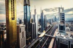 Orizzonte scenico di grande città futuristica con i grattacieli più alti del mondo immagini stock