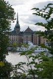 Orizzonte storico variopinto Stoccolma attraverso gli alberi fotografie stock