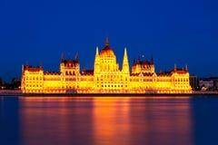 Orizzonte ungherese al tramonto, Budapest del Parlamento fotografia stock libera da diritti