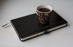 Ork在一张白色木桌上的空间细节 免版税库存图片