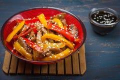 Ork e verdure della frittura di scalpore con i semi di sesamo Fotografia Stock