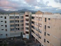 Orkaanseizoen: Vernietiging van Verlaten Gebouwen dichtbij de Kust; Weer, Veiligheid die eerst, de Communautaire Ideeën herbouwen stock afbeelding