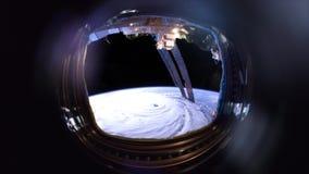 Orkan satellit- siktsvideo till och med hyttventilen arkivfilmer