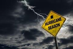 Orkansäsongtecken med stormig bakgrund