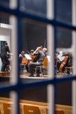 Orkest die voor het overleg voorbereidingen treffen Stock Afbeeldingen