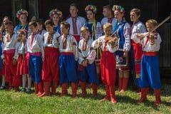 Orkest met jonge Oekraïeners in traditioneel volkskostuum Royalty-vrije Stock Foto's