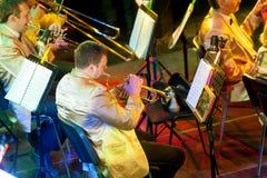 Orkest met muzikale instrumenten en uitvoerders tijdens de prestaties stock foto's