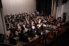 Orkester för fotografforssymfoni på etapp fotografering för bildbyråer