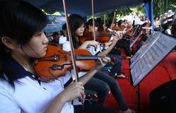 Orkester i en gata arkivbild