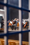 Orkester som förbereder sig för konserten Arkivbilder
