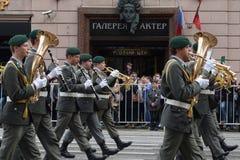 Orkesteren av Österrike ståtar på av deltagare av den internationella festivalen av militära orkesterar Arkivbild
