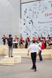 Orkesteren spelar i Gorkyen parkerar i Moskva Royaltyfri Fotografi