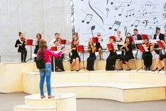 Orkesteren spelar i Gorkyen parkerar i Moskva Arkivbild