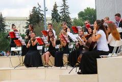 Orkesteren spelar i Gorkyen parkerar i Moskva Fotografering för Bildbyråer