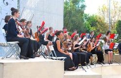 Orkesteren spelar i Gorkyen parkerar i Moskva Arkivfoto