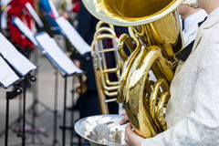 Orkestermusiker som spelar den stora mässingstuban under orkesterfest Arkivfoto