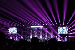Orkestoverleg met purpere verlichting in nacht stock fotografie
