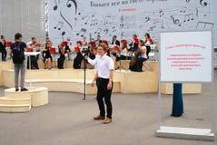 Orkestspelen in het park van Gorky in Moskou Stock Fotografie