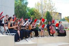 Orkestspelen in het park van Gorky in Moskou Royalty-vrije Stock Foto