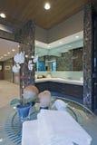 Orkidé på tabellen i badrum Arkivfoto