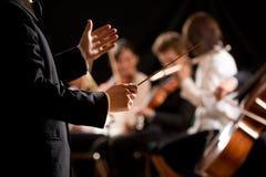 Orkiestra dyrygent na scenie Zdjęcia Royalty Free