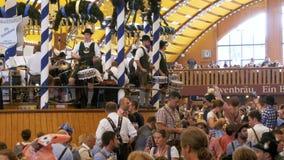 Orkiestra zespół bawić się wśrodku wielkiego piwnego namiotu przy Oktoberfest festiwalem bawaria German zdjęcie wideo