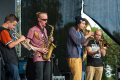 1/2 orkiestry grupa wykonuje przy Usadba festiwalem jazzowym Zdjęcie Stock