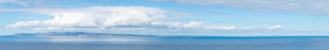 Orkney öar som sett från det Dunnet huvudet, den mest nordliga punkten av fastlandet av Storbritannien Royaltyfri Foto