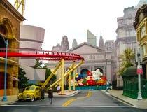Orlando, de V.S. - 03 Januari, 2014: De achtbaan en spelpaviljoenen in het park De universele Studio's is één van Orlando Stock Afbeeldingen